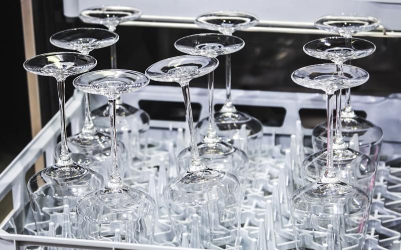 La importancia de los lavavasos y lavavajillas industriales para un restaurante